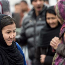 Flüchtlinge warten in einer hessischen Erstaufnahmeeinrichtung auf ihre Registrierung